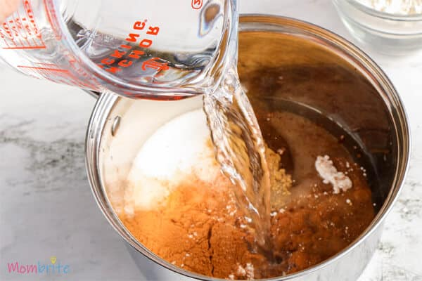 add water in the mixture of gingerbread into the medium saucepan